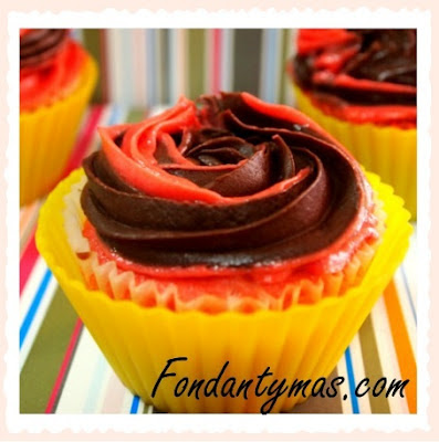 Cupcake de chocolate Tirma y fresa. Fondantymas.com