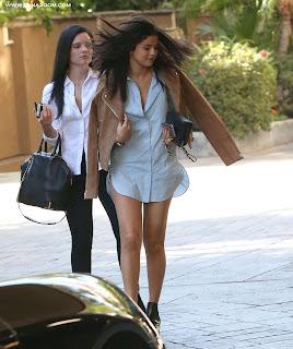 سيلينا غوميز أثناء ظهورها في لوس أنجلوس بثوب قصير جذاب