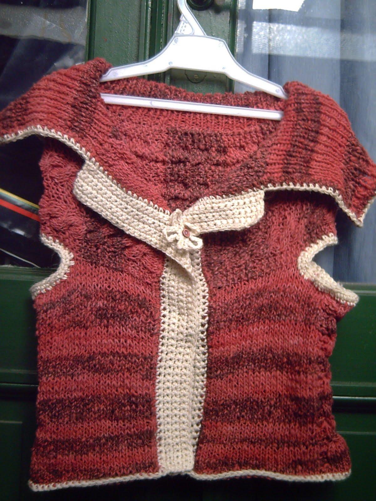 Este es un chaleco tejido a dos agujas y terminaciones a crochet.