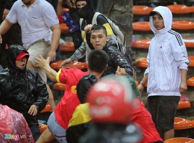 Gambar Pergaduhan Penyokong Malaysia Dan Vietnam Di Stadium Shah Alam