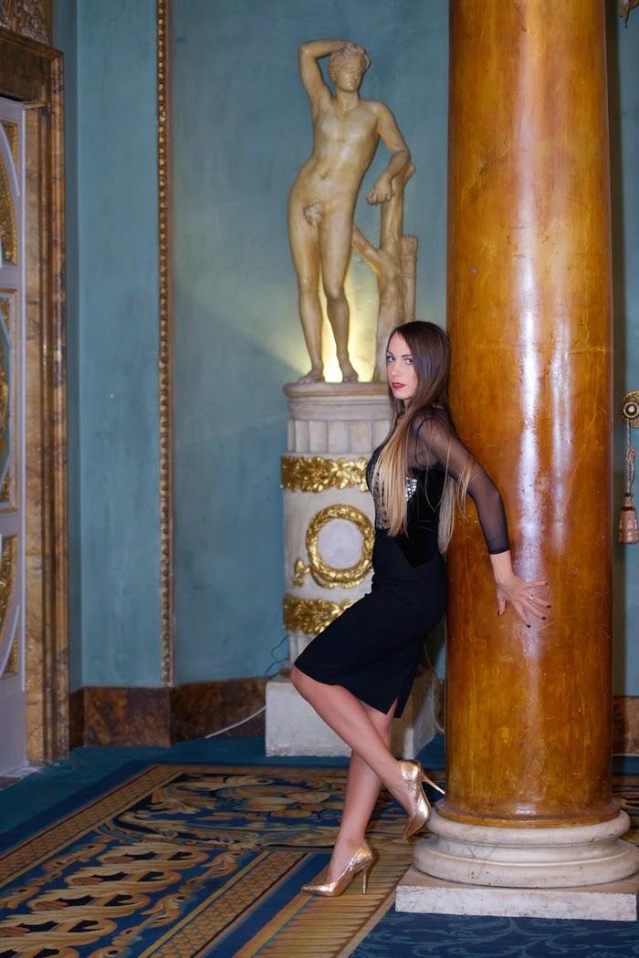 abito nero scarpe oro