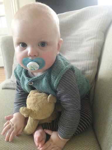 Den tykke mave kommer helt af sig selv - strikket babyvest i økologisk uld