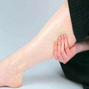 mencegah kaki bengkak pada ibu hamil, mengatasi pembengkakan kaki saat hamil, kram kaki saat hamil