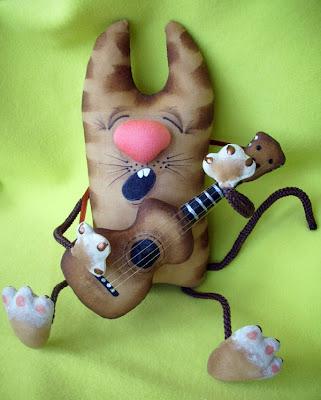 Кофейная игрушка кот с гитарой