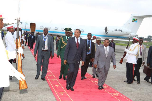 Rais Jakaya Mrisho Kikwete akilakiwa katika uwanja wa ndege wa Malabo, Equatorial Guinea, leo Juni 24, 2014