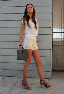 http://1.bp.blogspot.com/-BMCLUv_fKgY/T2XB2kj93II/AAAAAAAAAgQ/bQJbHyE_EHE/s1600/blanco-camisas-blusas-bershka-pantalones-cortos~look-main.jpg