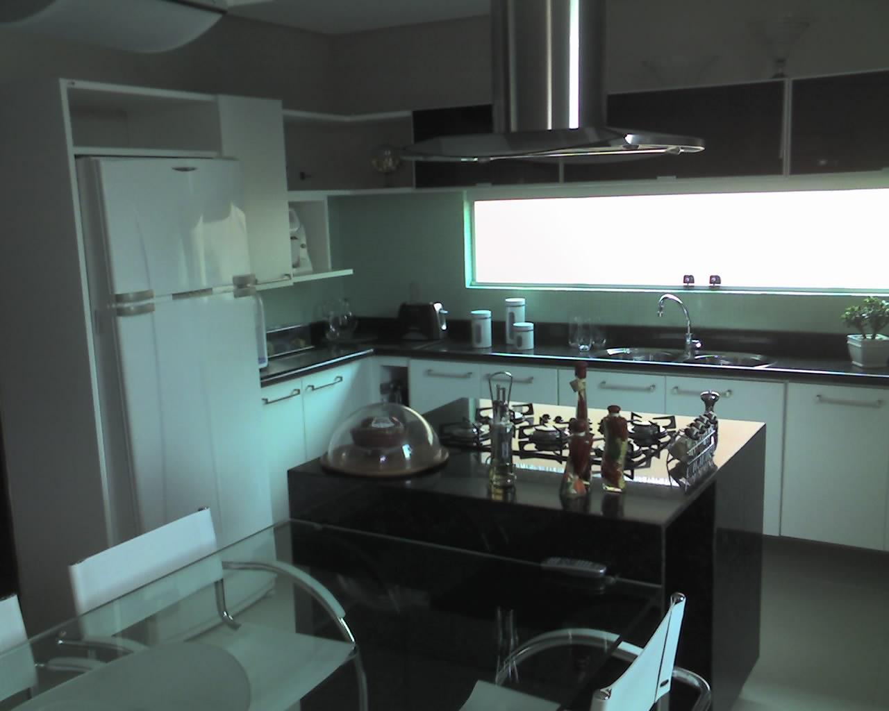 em ilha de granito preto que recebeu fogão de 5 bocas cooktop  #468285 1280 1024