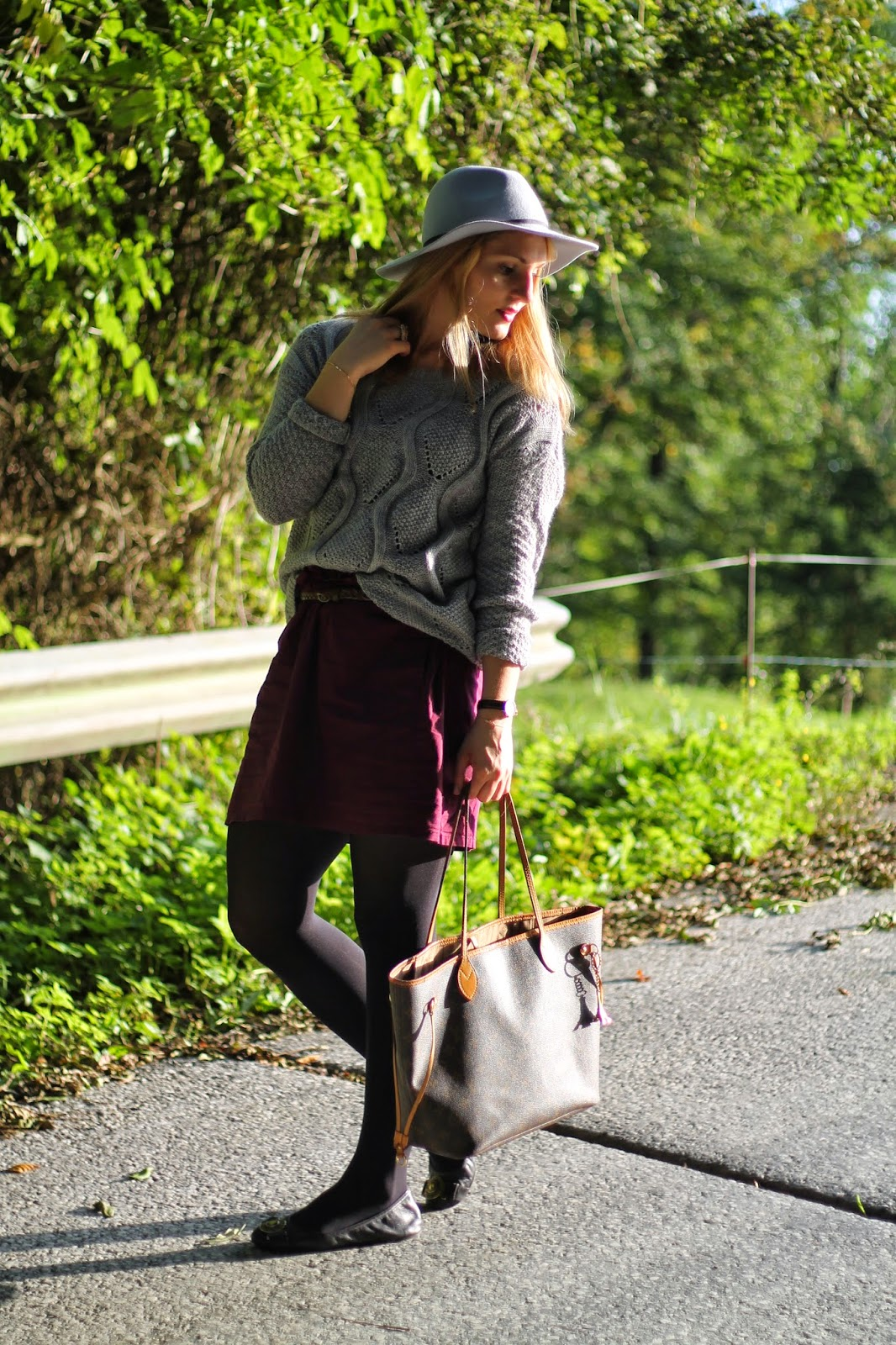 Fashionblogger Austria / Österreich / Deutsch / German / Kärnten / Carinthia / Klagenfurt / Köttmannsdorf / Spring Look / Classy / Edgy / Autumn / Autumn Style 2014 / Autumn Look / Fashionista Look / Bordeaux / Hot to style / Asos Hat Grey / Grey Sweater / Bordeaux Skirt H&M / Daniel Wellington watch / Louis Vuitton neverfull MC MM / Burberry Flats Back /