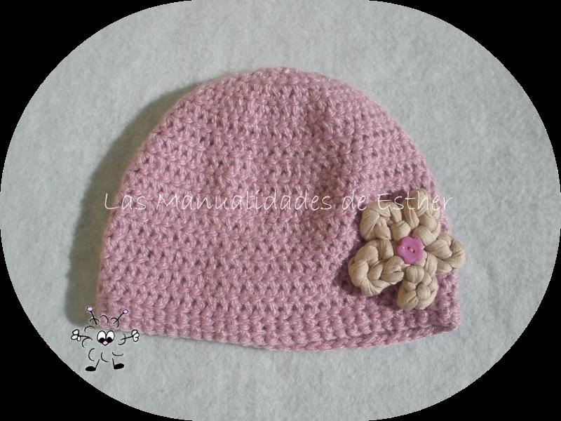 gorro de lana rosa realizada a crochet adornado con flor de trapillo