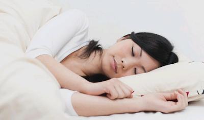 orang tidur di bantal baik sehat