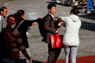 Tentative d'intégration dans la société française via un sac à dos chinois