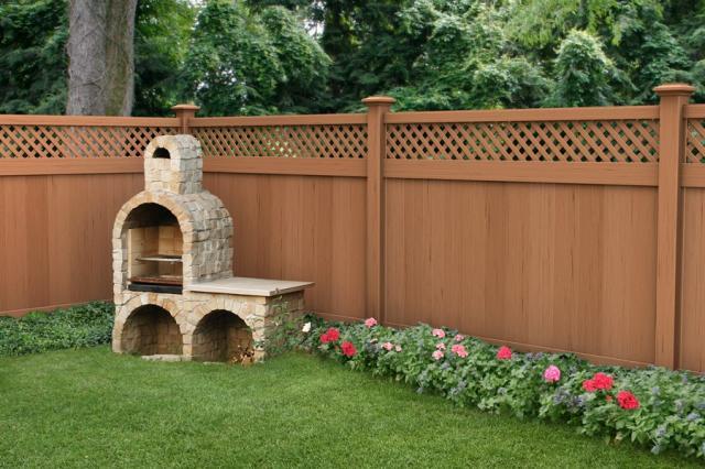 Dikkatimi çeken çok canlı renklerle bahçe çitleri tasarlanmış