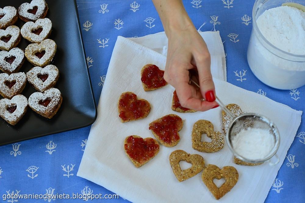 Walentynkowe serduszka posypujemy cukrem