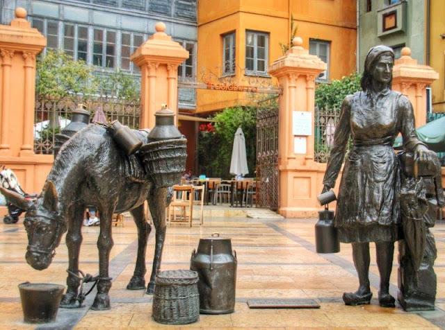 Escultura La lechera de Manuel Garcia Linares en la Plaza de Trascorrales de Oviedo