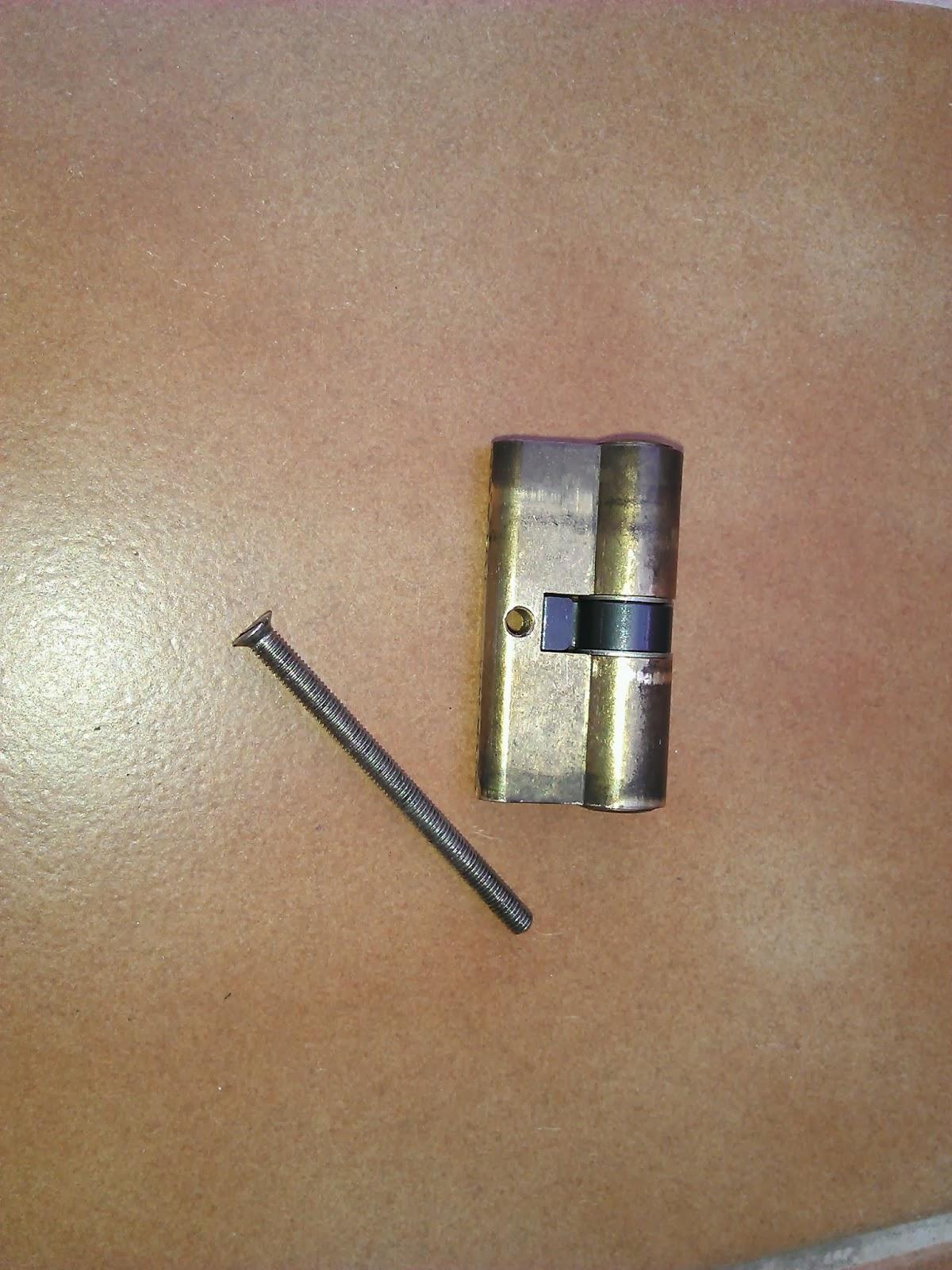 Imahginable arreglar una cerradura de una puerta met lica for Bombin de puerta