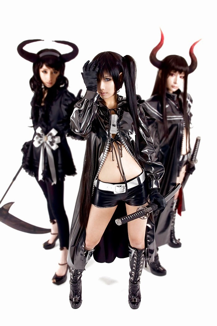 trio de cosplay noir de demone asiatique en armes