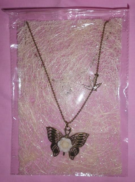 colgante mariposa con rosa marfil