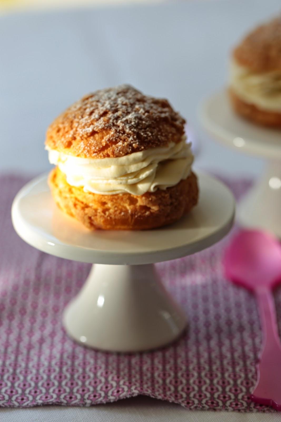 Choux croustillants crème montée à la vanille et  à la rhubarbe pochée au sirop de fraises