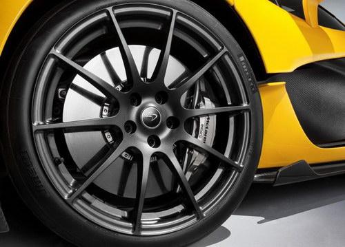 Velg Racing berbalut ban Pirelli