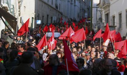 Lisboa: TENSÃO ENTRE MANIFESTANTES E POLÍCIA NAS ESCADARIAS DA AR