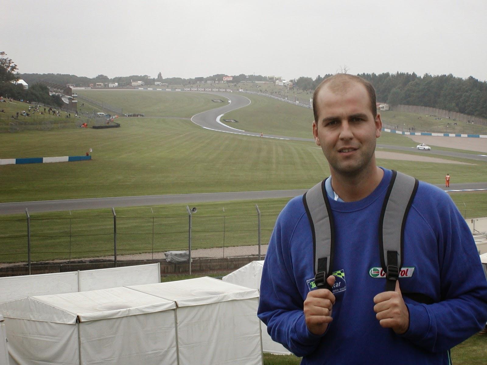 la bajada del circuito de Donington Park