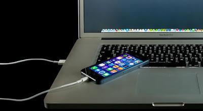 Sering Charge Smarphone Melalui Laptop Ini Bahayanya !