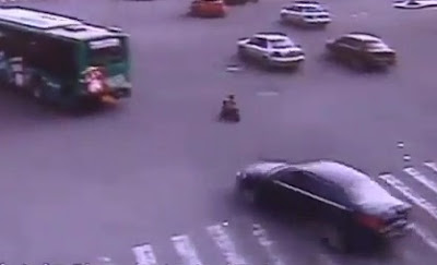 niño chino en medio de los autos en china