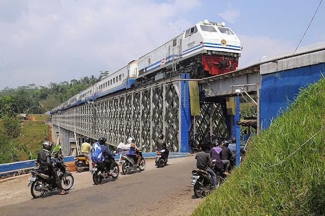 http://reonkpost.blogspot.com/2015/03/jembatan-cirahong-eksotik-dan-penuh.html