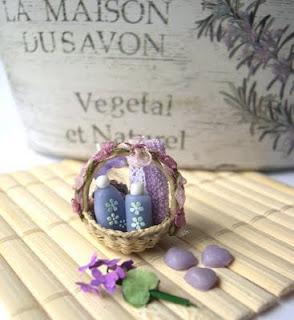Cesto di bellezza violetta in miniatura per case di bambola