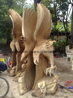 Patung relief ukiran burung garuda terbang