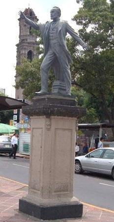 Guillermo Prieto en monumento