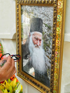 Minune: Fotografiile de la mormântul Părintelui Justin Pârvu au izvorât mir