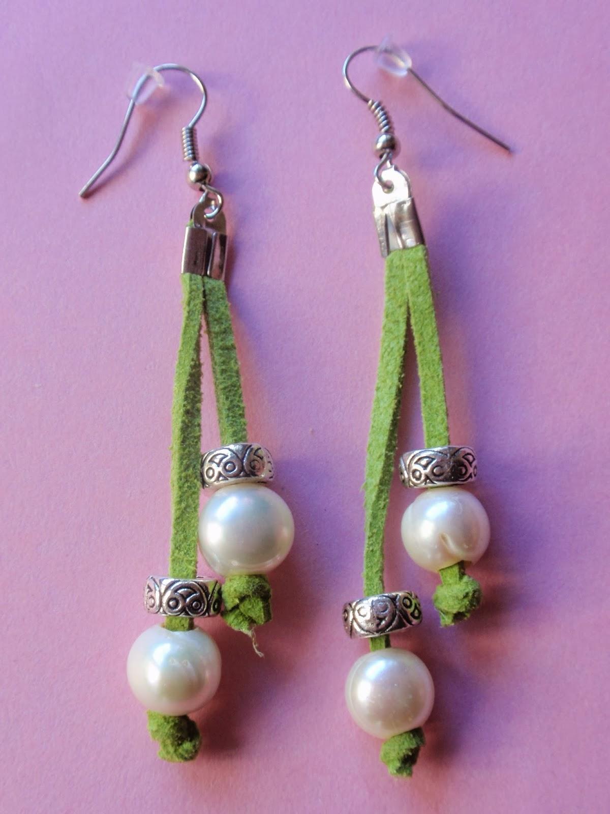 Pendientes largos en antelina verde y perlas de agua dulce