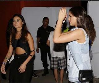 Em seguida, teve uma festa em que Rihanna foi com sua equipe. Bruninha e Thayla Ayala aquela que gosta de colar em gringo conseguiram entrar e ficaram atrás da cantora, que não deu a mínima para as duas. A mais animada para tirar fotos com Rihanna era Bruna, mas só pagou mico, tadinha.