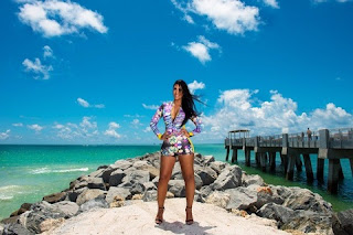 Ex BBB Amanda fez um ensaio cheio de estilo por diversos lugares de Miami, nos Estados Unidos. A ex-BBB encarnou vários personagens, como uma salva-vidas, uma cubana, uma diva e até uma marinheira sexy, em looks que mostraram seu corpo cheio de curvas.