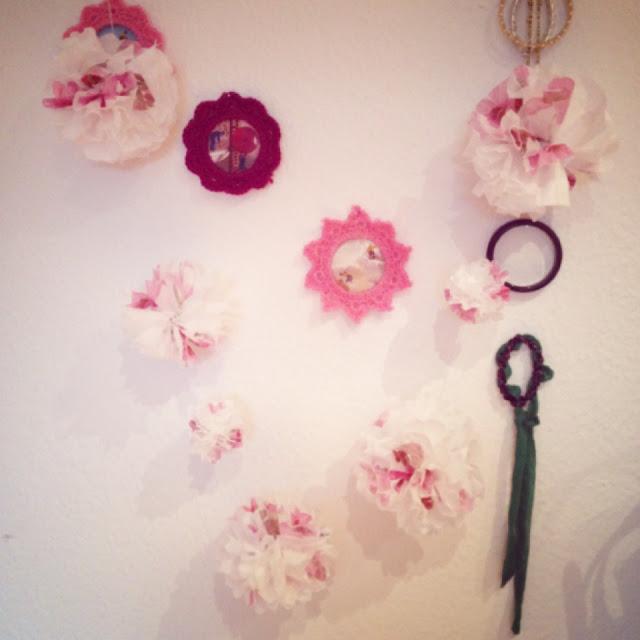 Die Pompom-Girlande schmückt Fräulein Bergers Wand und Schmuckecke