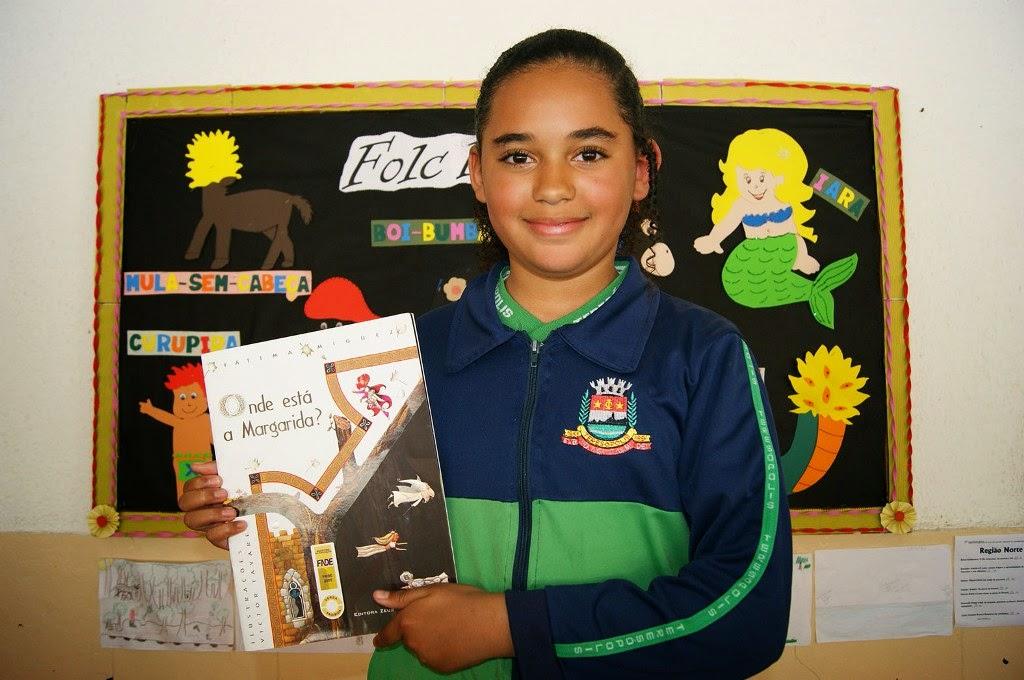 Aluna Isabela Corrêa Silveira mostra um de seus livros de história preferidos