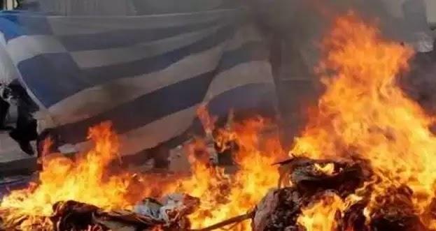 Αλβανοί του UÇÇ έκαψαν την ελληνική σημαία στους Άγιους Σαράντα της Αλβανίας - Φόβοι για πογκρόμ κατά των Ελλήνων