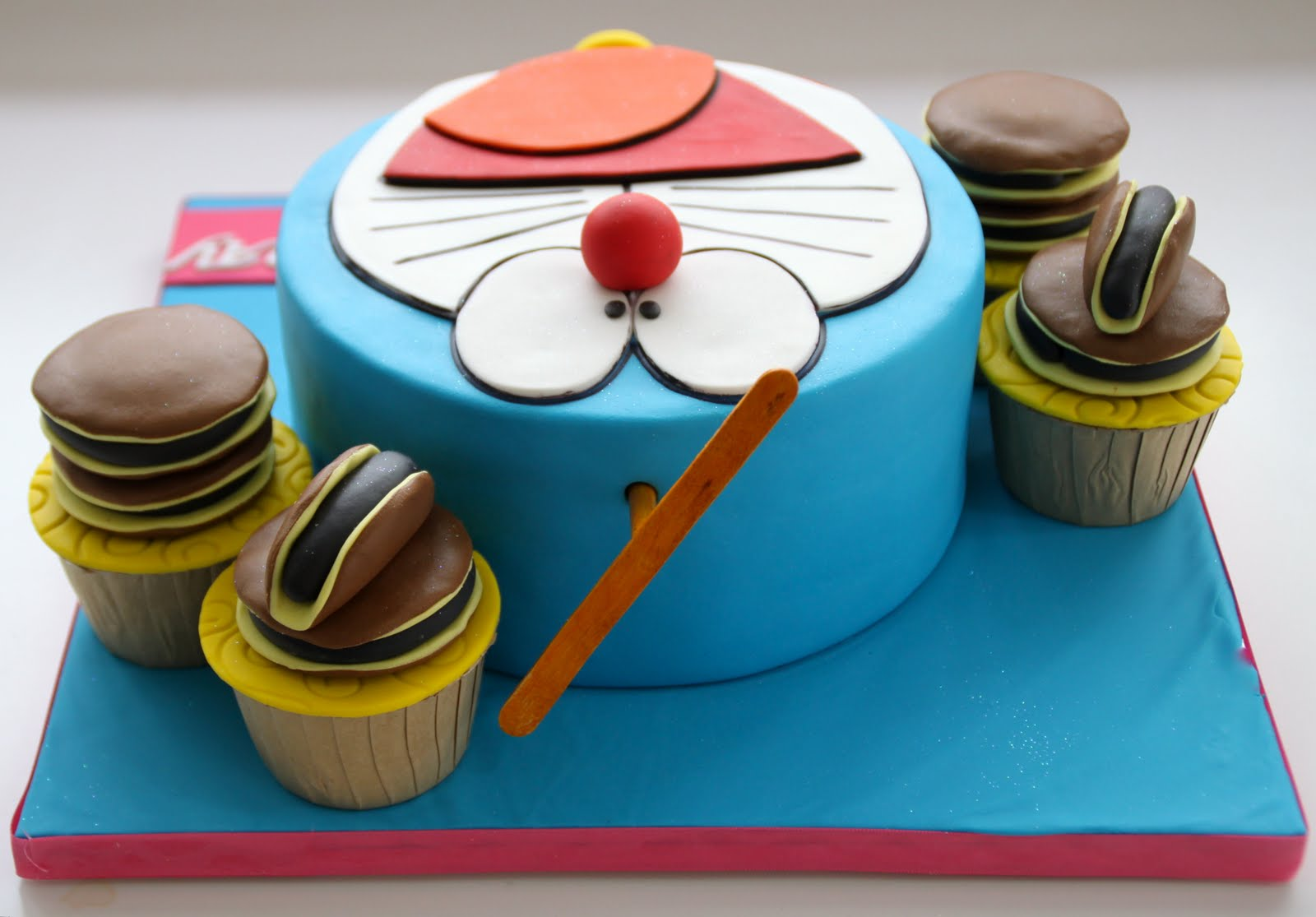 Doraemon Images For Cake : Celebrate with Cake!: Doraemon Cake with Cupcakes