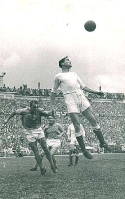 Di Stefano playing for Millonarios Bogota against Real Madrid (1953)