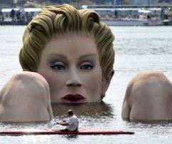 Patung Wanita Gergasi Mandi Dalam