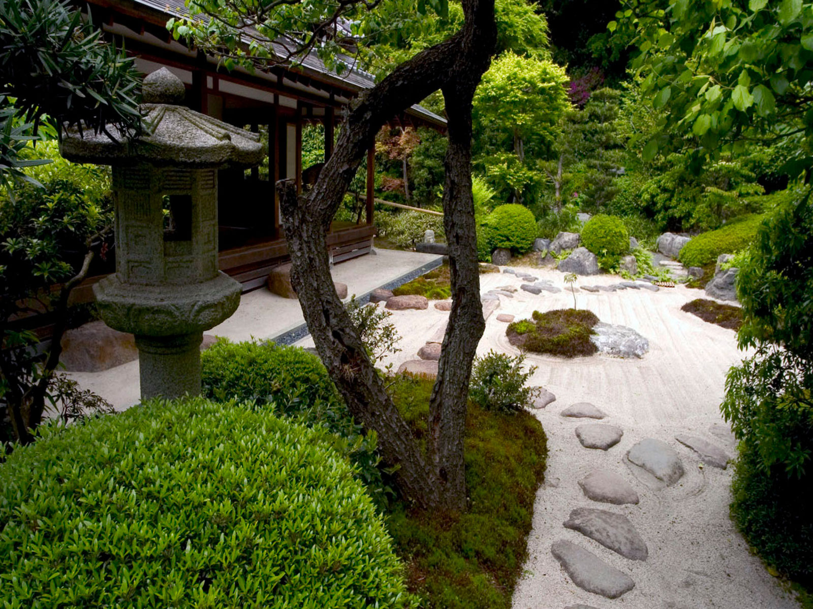 Small Zen backyard Garden Design Ideas with rocks