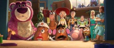 Woddy (Tom Hanks), Buz l'éclair (Tim Allen), Ken (Michael Keaton), Barbie (Jodi Benson) et les autres dans Toy Story 3