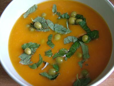 Zupa krem marchewkowa z zielonym groszkiem