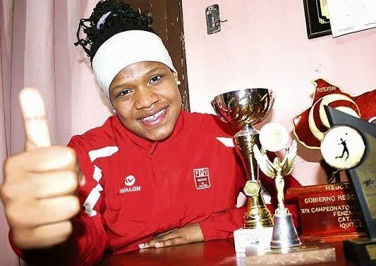 Rosa Valiente junto a sus trofeos