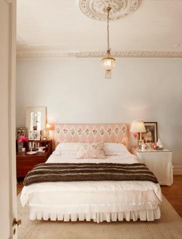 Aranżacja kobiecej sypialni, przytulna sypialnia, różowy zagłówek w kwiaty