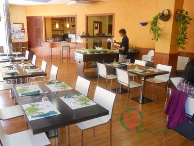 Vista del salón y de la zona buffet de ensaladas.