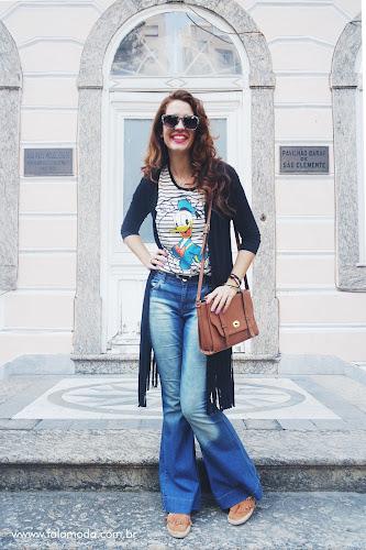 Look de inverno - T-shirt Pato Donald, calça Flare e Cardigan de Franjas Izola Rio