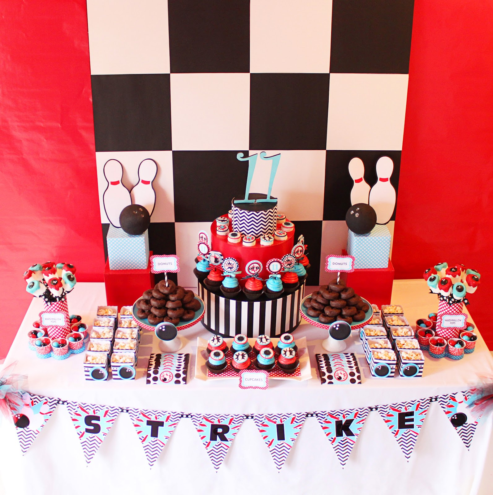 Amanda 39 s parties to go bowling party dessert table for Decoration quille de bowling