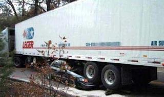 Najsmešnije slike: kamion pregazio automobil